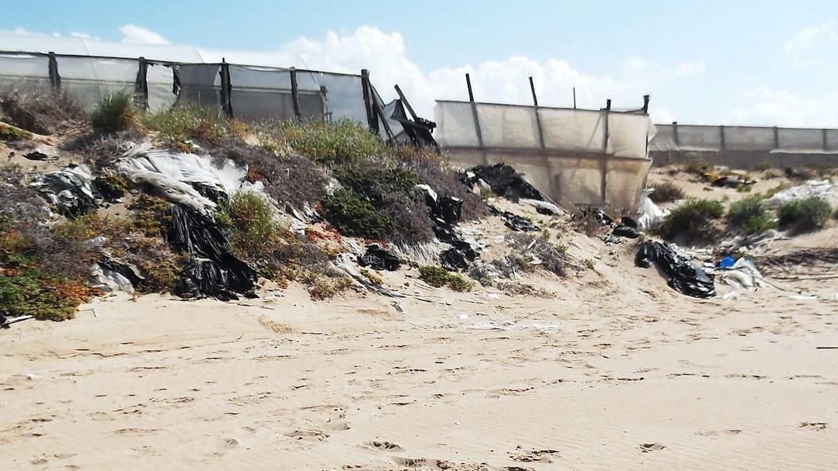 MinAmbiente: via la plastica delle serre dalla spiaggia dei Macconi (Rg)